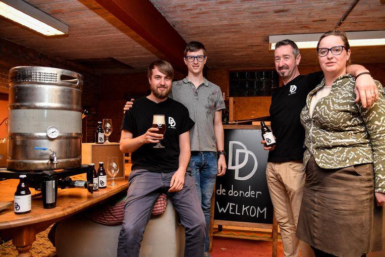 De familie De Donder met hun eigen bier, dat erg in de smaak valt bij liefhebbers.