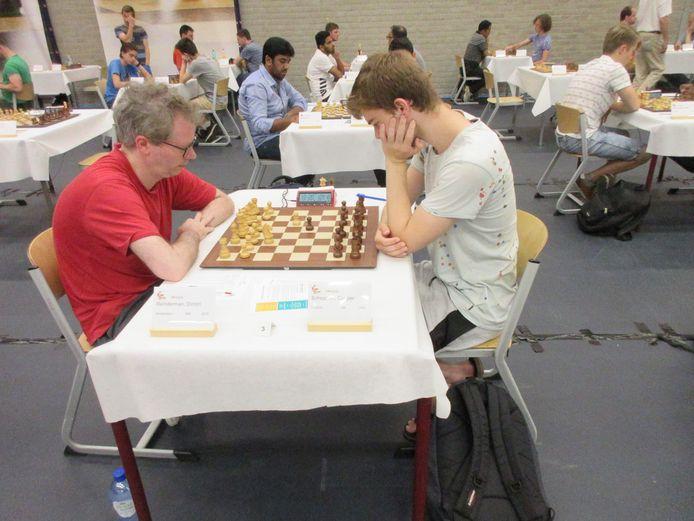 Dimitri Reinderman (links) gaat onderuit tegen het Utrechtse talent Casper Schoppen.