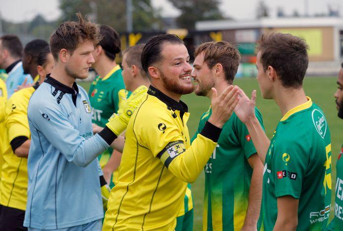 Desi Sanderse gaat, zoals zaterdag tegen FC Binnenmaas, altijd voorop bij Strijen.