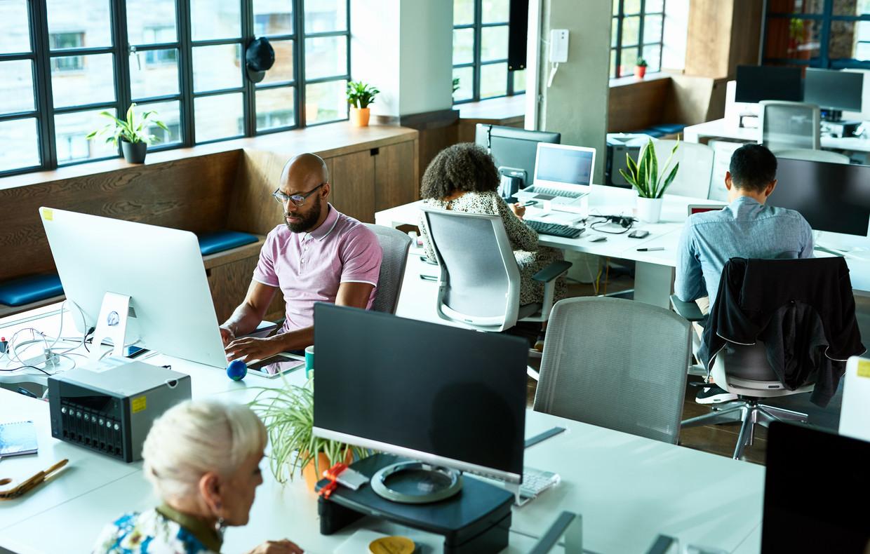 Een open kantoor als dit, ook wel kantoortuin genoemd, is slecht voor de gezondheid, stellen Nederlandse bedrijfsartsen. Geluidshinder, stress en concentratieverlies zijn de voornaamste klachten. Beeld Getty Images