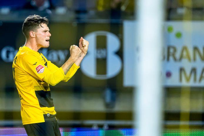 Danny Bakker viert zijn doelpunt tegen FC Emmen