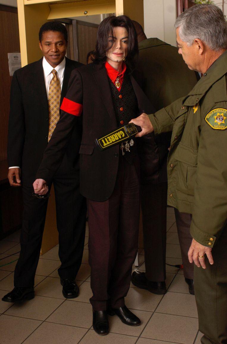 Op 24 maart 2005 arriveert Michael Jackson bij de Santa Barbara County Courthouse met zijn broer Jackie Jackson (links). Beeld Getty Images