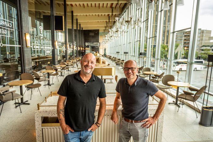 Coffeelab wordt de nieuwe uitbater van de stationsrestauratie op station Eindhoven Centraal. Jan-Willem van der Aa (rechts) en Jeroen Veldkamp doen dat samen met Rob Bongers.