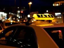 In de taxi bij een jongen die wel kon rijden, maar de weg nog niet helemaal kende