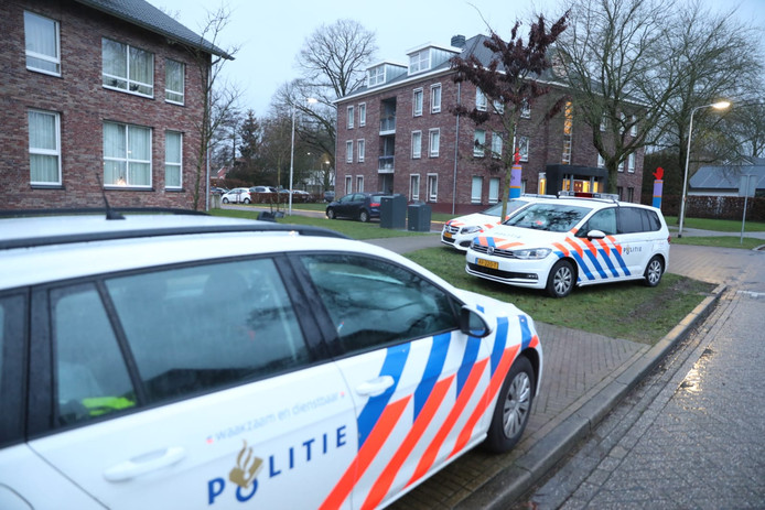 In een woning aan de Blauwe Hoek is maandagochtend 'onder verdachte omstandigheden' een overleden persoon gevonden.