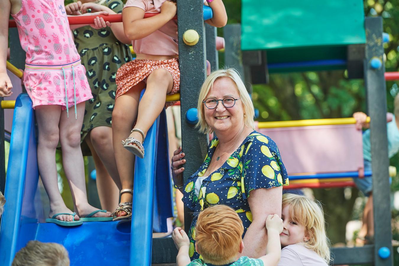 Els Ligthart-Denteneer tussen de kinderen op basisschool De Polderhof in Oss.