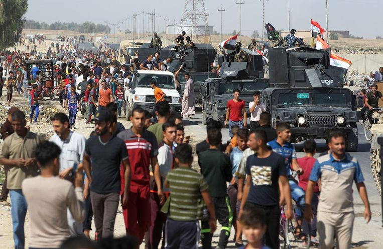 Iraqi civilians gather as Iraqi forces arrive in the first neighbourhood on the southern outskirts of Kirkuk on October 16, 2017.  Beeld AFP