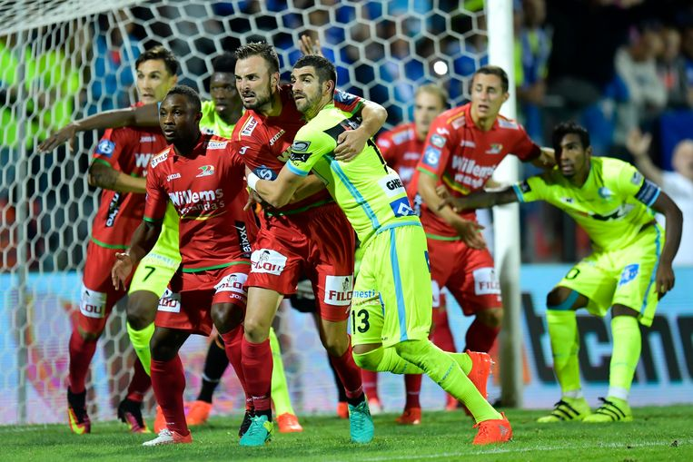 OOSTENDE, BELGIUM - SEPTEMBER 18 : Stefan Mitrovic defender of KAA Gent is fighting for the ball with Antonio Milic defender of KV Oostende during the Jupiler Pro League match between KV Oostende and KAA Gent at the Versluys Arena on September 18, 2016 in Oostende, Belgium , 18/09/2016 ( Photo by Nico Vereecken / Photonews Beeld Photo News