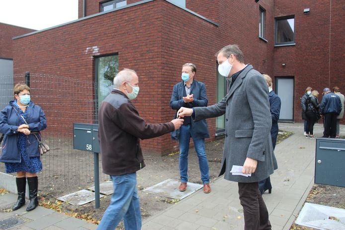 Burgemeester Tony Vermeire mocht de sleutels aan de huurders overhandigen.
