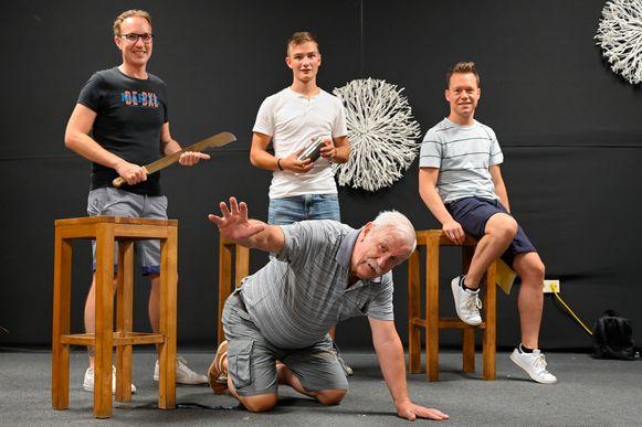 """Emiel Ravijts (midden) speelt ook mee in de nieuwe productie. """"Dolblij dat ons gezelschap een nieuwe start maakt"""", zegt hij."""
