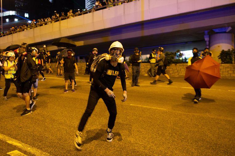 Hongkongse betogers gooien stenen naar de politie.