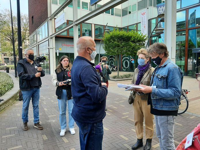 Tegenstanders van Wijkevoort overhandigden in mei aan gemeenteraadsleden meerdere pakketten bezwaren tegen de ontwikkeling van het bedrijventerrein.