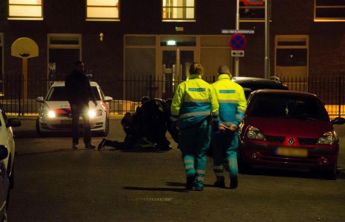 De politie houdt een verward persoon aan in Tilburg.