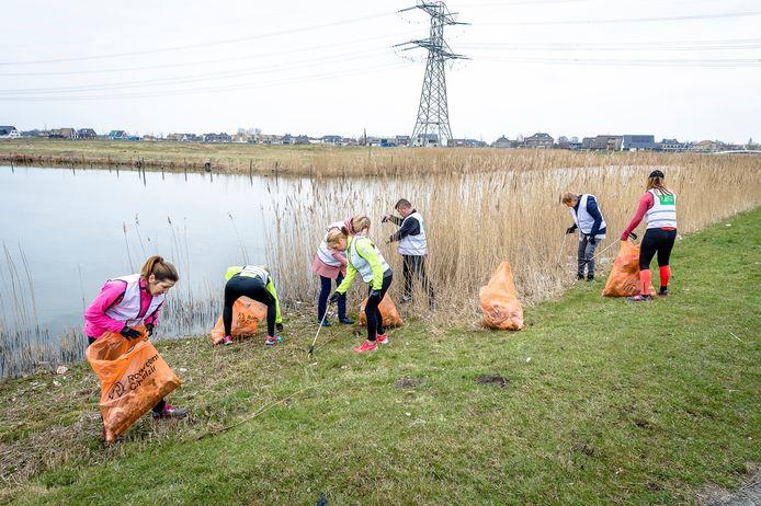 Een eerdere opruimactie van de Zevenhuizerplas en omgeving in Rotterdam-Nesselande.