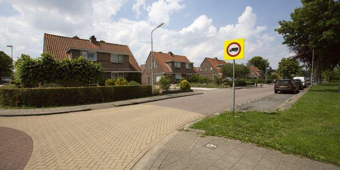 Deze tien huurwoningen aan de Middelweg in Nieuw-Lekkerland worden gesloopt om plaats te maken voor negentien nieuwe exemplaren.