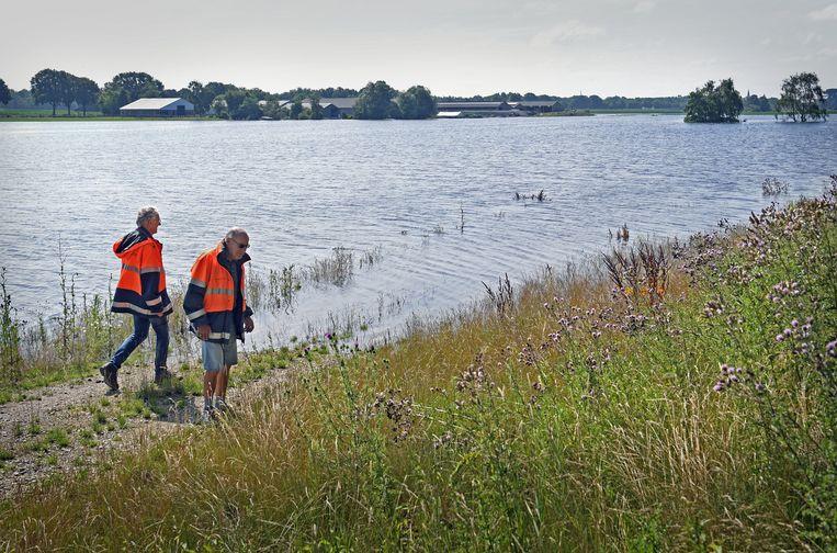 Dijkwachten controleren de dijk bij Ooijen-Wanssum.  Beeld Marcel van den Bergh / de Volkskrant