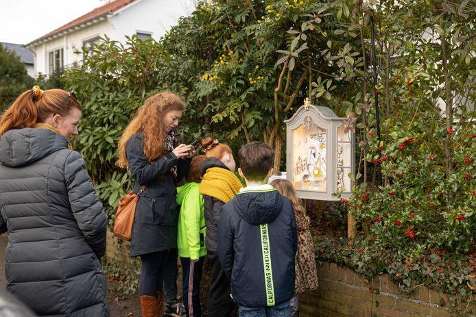 Een kerststalletje in een kastje langs de wandelroute in Baarn. Nienke Vegter uit Bavel deed daar, waar haar broer woont, het idee op voor de kerststallenroute. Dit jaar is de eerste editie in Bavel.