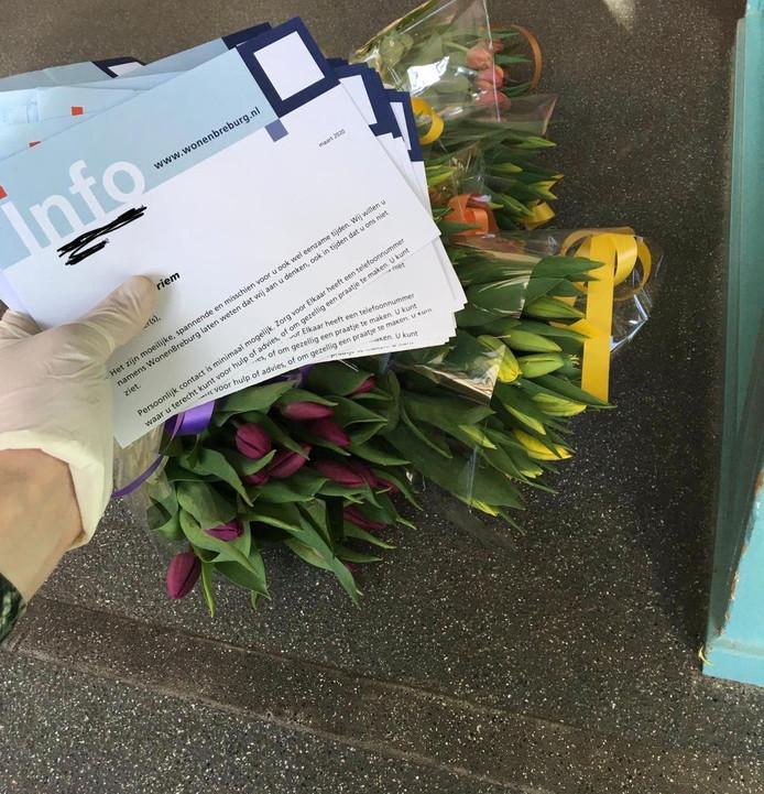 Woningcorporatie WonenBreburg heeft op de ouderencomplexen in Breda een bosje bloemen bezorgd, met advies en informatie.