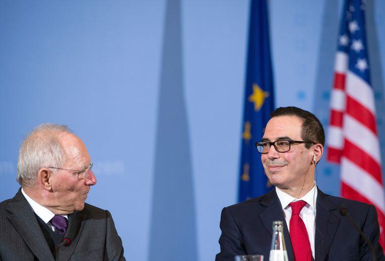 De Duitse minister van Financiën, Wolfgang Schaüble, met zijn Amerikaanse collega Steven Mnuchin. Beeld AP