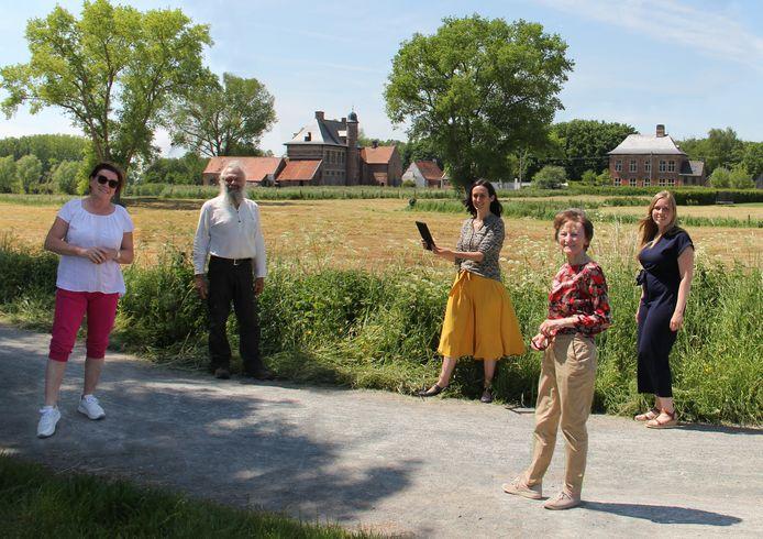 Klaar voor de tocht, van links naar rechts: Nicole Van Der Straeten, Frans Vandenhende, Lien Urmel, Veerle Nachtergaele.en Silke Van der Schaeghe.