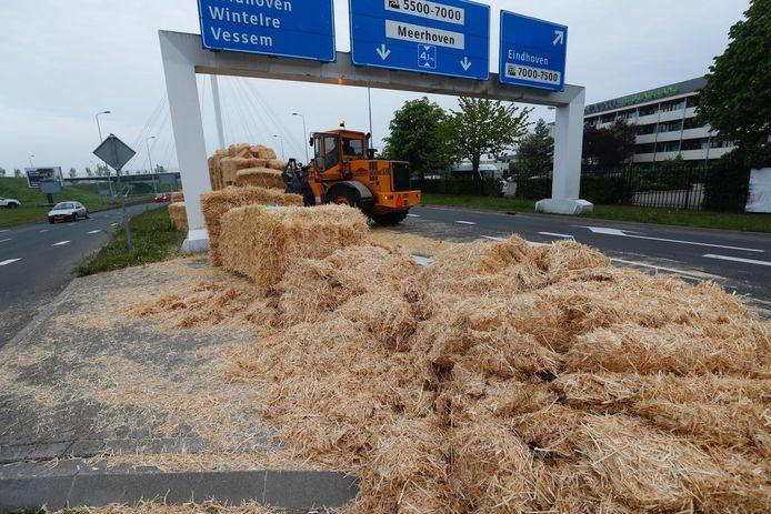 Een wagen verloor zijn balen strooi op Heistraat