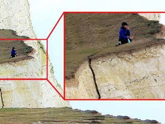 Levensgevaarlijk: toerist zit doodleuk te picknicken op gescheurde klif