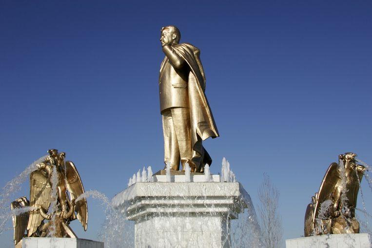 Een van de vele gouden beeltenissen in de hoofdstad Ashgabat. Beeld AFP