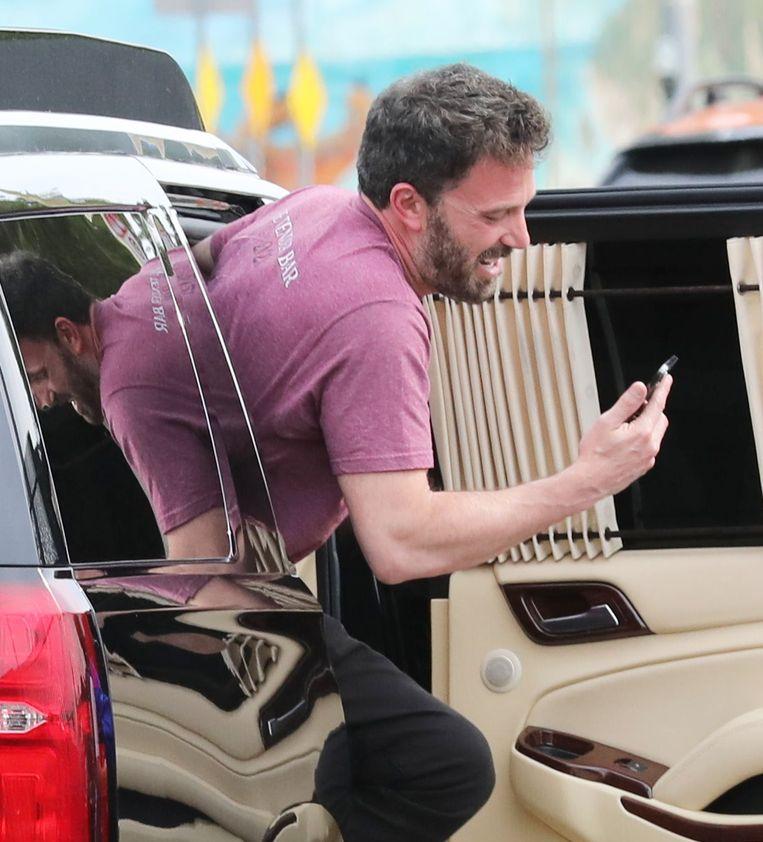 Ben Affleck lacht tijdens een facetime-gesprek met J-Lo, op 16 juni. Beeld BrunoPress/X17