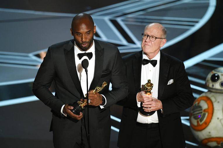 Wijlen Kobe Bryant (l.) en Glen Keane ontvangen een Oscar voor 'Dear Basketball'. Beeld getty