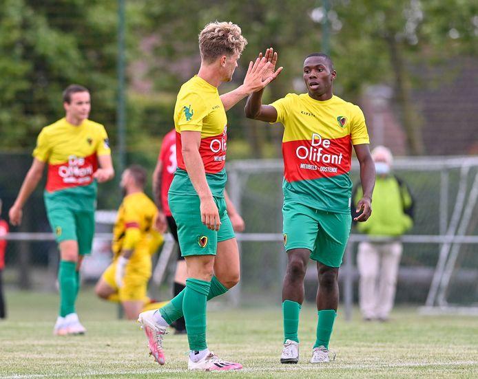 Mohamed Berte (rechts) viert een doelpunt in een vriendschappelijke wedstrijd van KV Oostende.