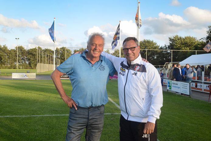 Henk Schouten (links), hier met Jan Everse, blijft trainer van FC De Westhoek.