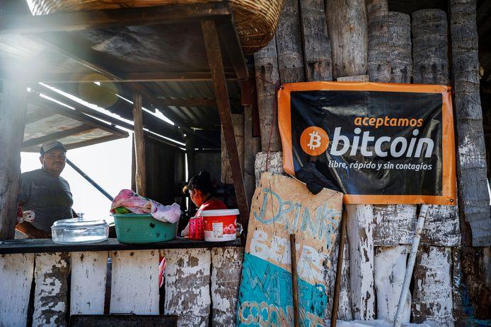 """Une bannière indiquant """"Nous acceptons les bitcoins, gratuitement, rapidement et sans contagion"""" est vue dans un café de plage sur la plage de Punta Roca à La Libertad, au Salvador, le 25 avril 2021."""
