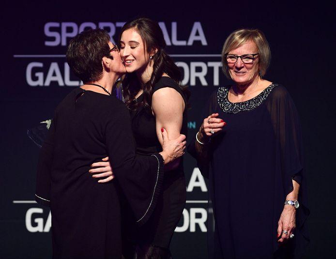 Derwael kreeg haar trofee uit handen van haar grootmoeders.