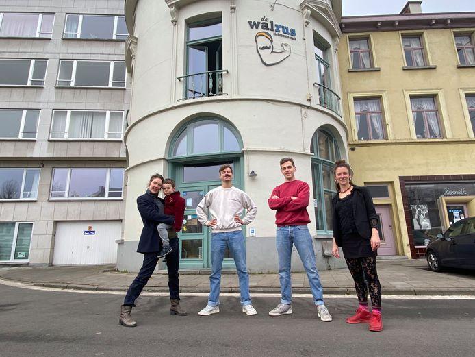 Seline De Cloet met haar zoontje Vos en de nieuwe eigenaars Batist Acke, Arne Van Laeken en Jozefien Simillion voor café De Walrus.