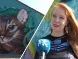 Nina kleurt schoolplein De Poeljeugd met murals