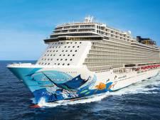 Groot cruiseschip Norwegian Escape onderweg naar scheepswerf Damen Verolme in de Rotterdamse haven