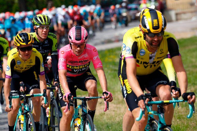 Primoz Roglic reed zondag in het roze de tweede etappe van de Giro.  Beeld AFP