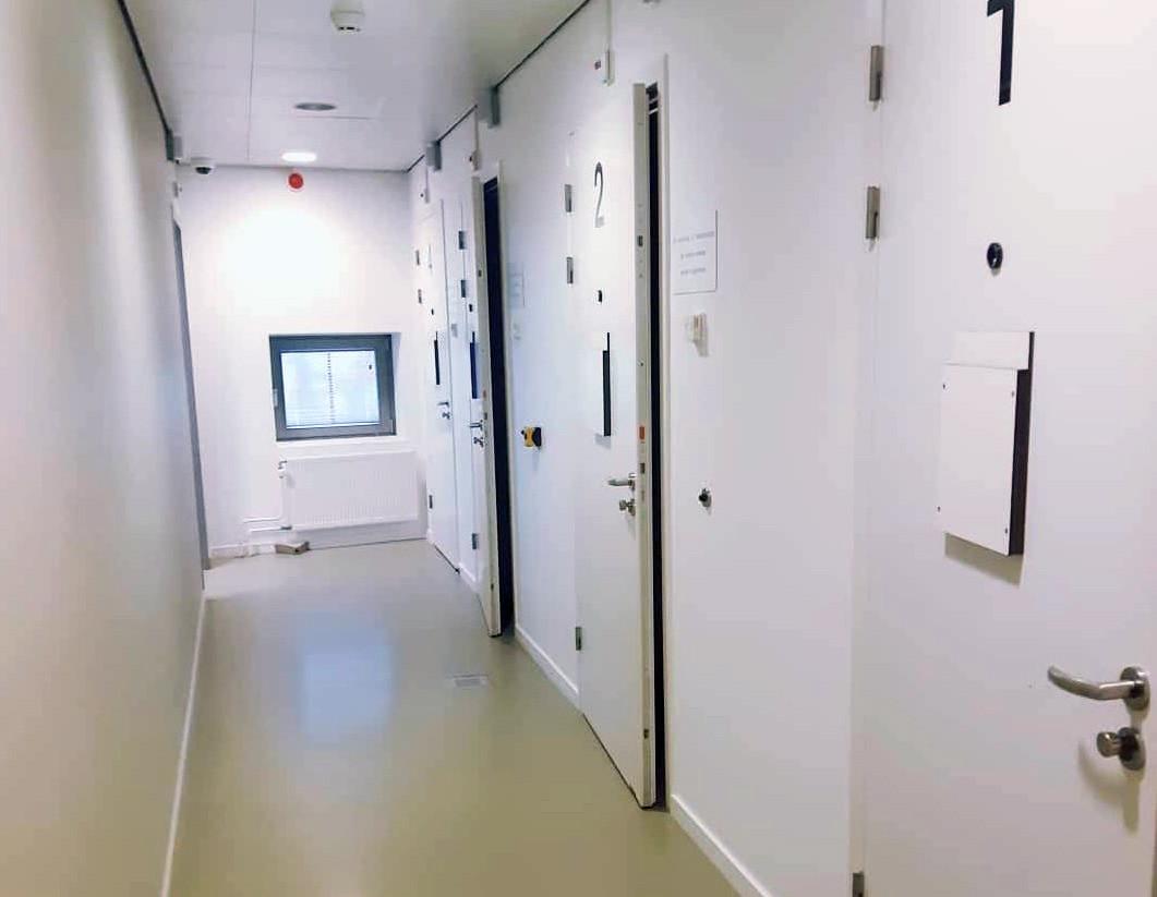 Een man uit Hank zit vast in het cellencomplex van het Gorcums politiebureau voor verhoor.