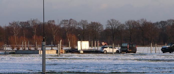 Het ondergrondse Sigint-complex aan de Noachweg op 12-12-2017, met op de achtergrond een graafmachine van de kabelleggers langs de Meeldijk.