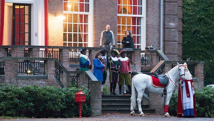 Bij de opnames van het Sinterklaasjournaal in Huis ter Heide deze week, waren de zwarte pieten nog gewoon zwart. In de blauwe jas presentator Dieuwertje Blok.