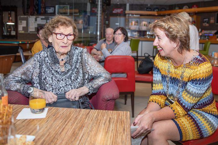Ann Le Conté - Burton (l) werd dinsdag 100 jaar oud en kreeg bezoek van onder meer burgemeester Margo Mulder.