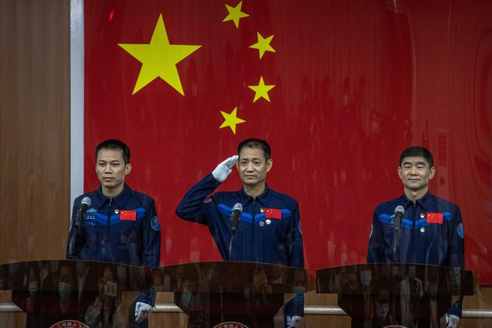 De Chinese astronauten Tang Hongbo, Nie Haisheng en Liu Boming.