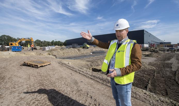 Arnold van der Meer demonstreert waar de uitbreiding exact gaat komen.