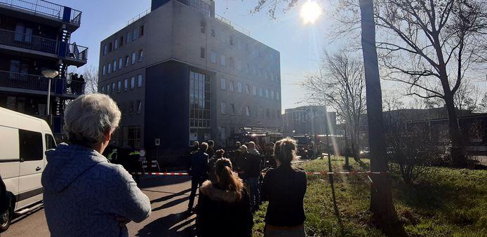 Bewoners van een appartementencomplex aan de Heuvellaan zagen maandag tot hun verbijstering dat er twee keer op één dag brand uitbrak in hun gebouw.