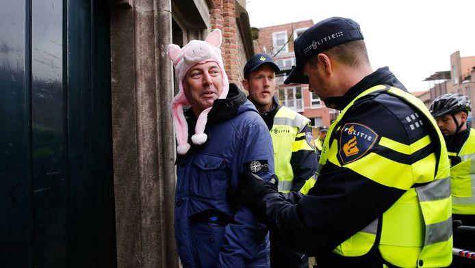 Demonstrant Edwin Wagensveld wordt ingerekend door de politie.
