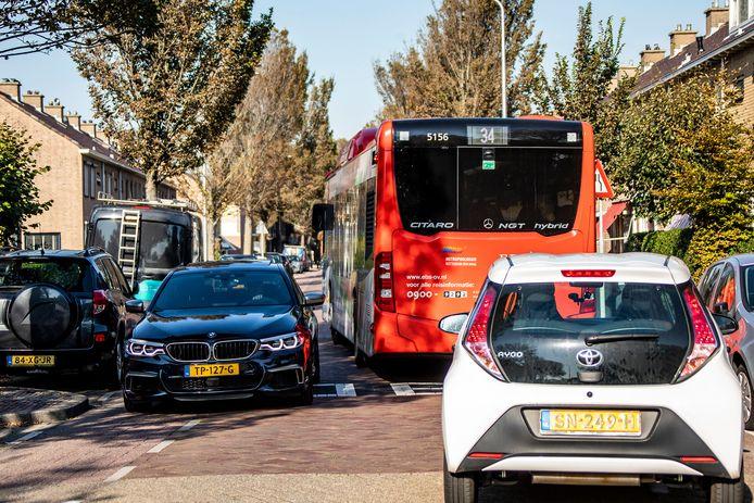 De Hortensiastraat in Monster is veel te smal voor de grote bussen van EBS. Verbreden van de straat kost 2 tot 3 miljoen euro en duurt vier jaar.
