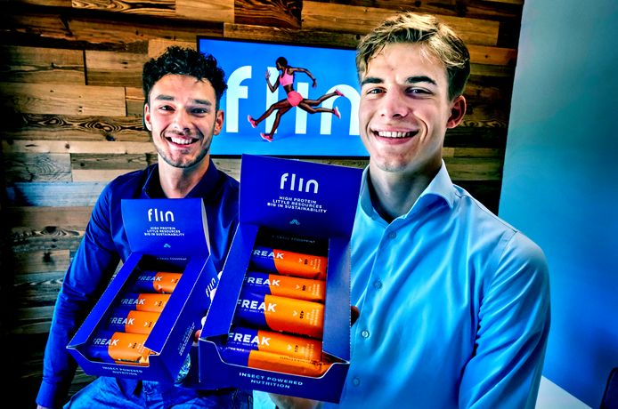 De jonge ondernemers Wesley den Hollander (22) en Levi Fortuin (22) van Flin Foods poseren met de insectenrepen.