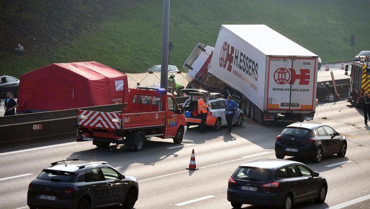 De chauffeur ging met zijn vrachtwagen door de middenberm. Beeld Patrick Vertommen