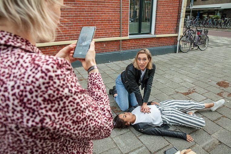 Met drie vrijwilligers maakt Heleen Lameijer korte Instagramfilmpjes van een reanimatie. Beeld Harry Cock / de Volkskrant