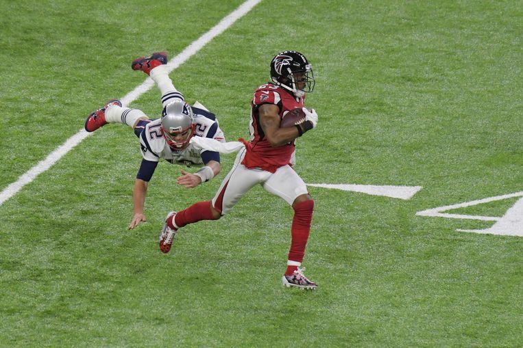 De hoogmis van het American football, de Super Bowl, kreeg ook een politiek tintje: Democratisch Amerika steunde de Atlanta Falcons (r.), Trump-aanhangers de New England Patriots. Beeld USA Today Sports